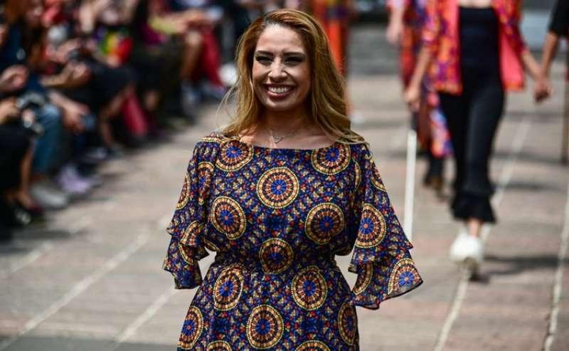 30edc7a82b267 مكسيكية تتحدى إعاقتها وتصمم الأزياء بقدميها